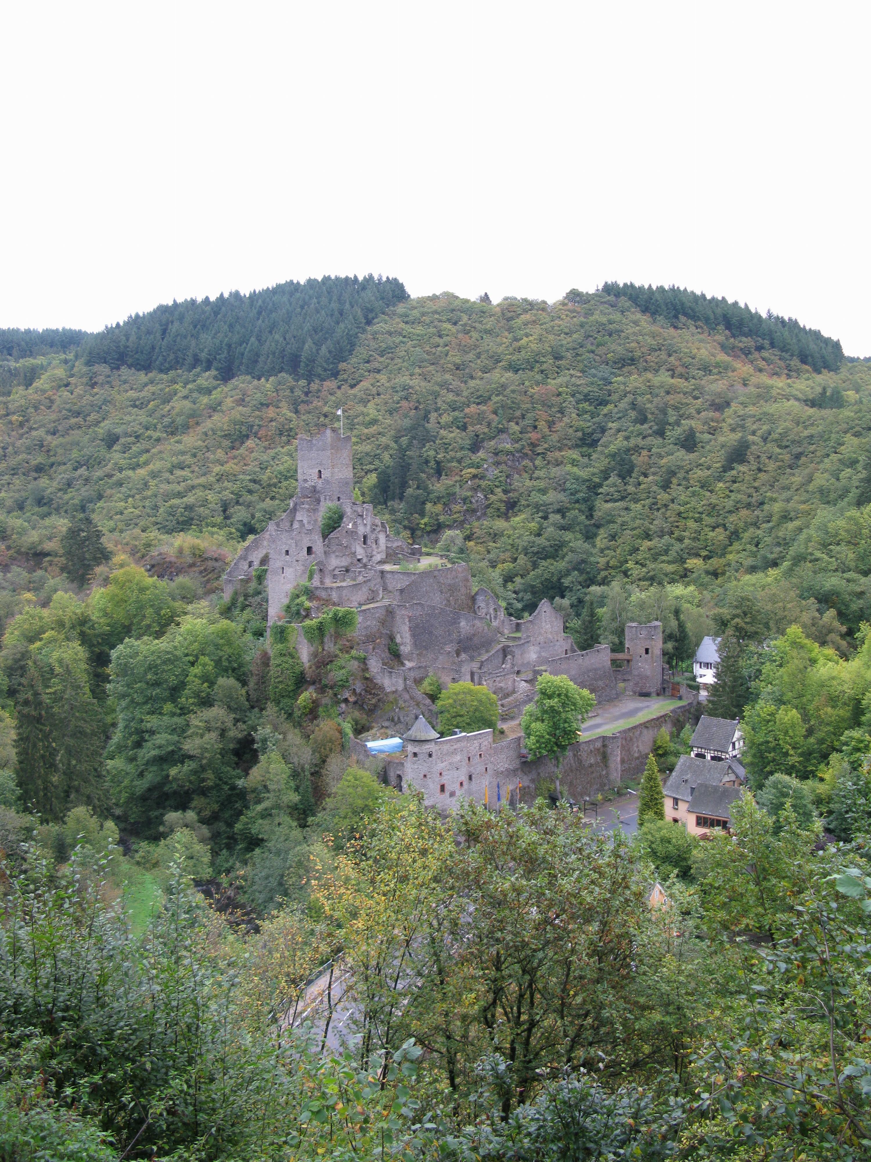 Manderscheid/Eifel über den Burgen 2012